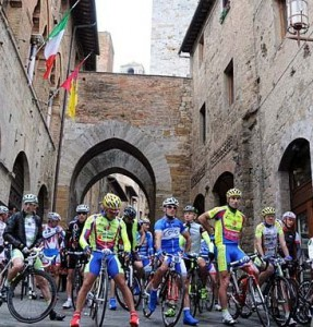 Granfondo Vernaccia partenza 287x300 Environment, sports, food and wine, along with the bike race Granfondo Vernaccia di San Gimignano!
